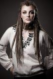 Stående av en härlig ung kvinna med dreadlock Arkivfoto