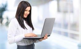 Stående av en kvinnaadministratör med bärbara datorn Arkivfoton