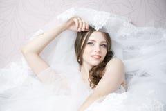Stående av en lycklig brud i den vita bröllopsklänningen Fotografering för Bildbyråer