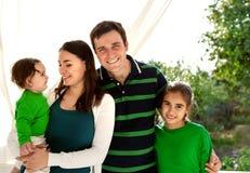 Stående av en lycklig le familj Arkivbild
