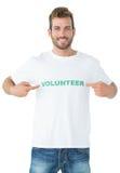 Stående av en lycklig manlig volontär som pekar till honom Royaltyfria Foton