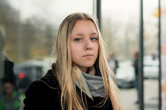 Stående av en tonårig flicka med långt hår i en stads- miljö Arkivbilder