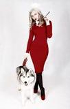 Stående av en ung attraktiv kvinna med en skrovlig hund Royaltyfri Foto