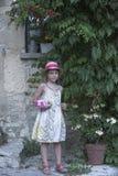 Stående av en ung flicka i blom- klänning i Provence Arkivfoton