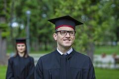 Stående av en ung man i avläggande av examendagen Royaltyfria Bilder