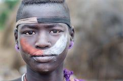 Stående av en ung pojke från den Mursi stammen, Etiopien Royaltyfri Foto