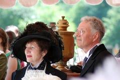 Stående av ett par i historiska dräkter Royaltyfri Fotografi