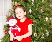 Stående av fazakh, asiatisk barnflicka runt om en dekorerad julgran Unge på nytt år för ferie Arkivbild