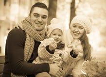 Stående av föräldrar med barnet Arkivfoto