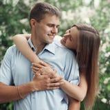 Stående av förälskade lyckliga söta unga le par Royaltyfri Bild