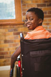 Stående av gulligt pojkesammanträde i rullstol Royaltyfri Foto