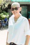 Stående av härlig och lyckasinnesrörelse av den asiatiska kvinnan på st Arkivfoto