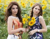 Stående av härliga två lyckliga unga kvinnor med långt hår in Royaltyfri Fotografi