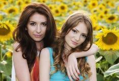Stående av härliga två lyckliga unga kvinnor med långt hår in Fotografering för Bildbyråer