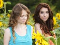Stående av härliga två lyckliga unga kvinnor med långt hår in Arkivbilder