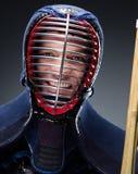Stående av kendokaen med shinai Arkivfoto
