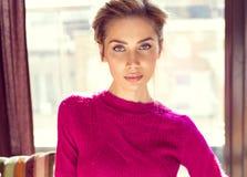 Stående av kvinnan i purpurfärgat förkläde Arkivbild