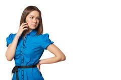 Stående av påringningen för ung kvinna Isolerad härlig flicka Talande mobiltelefonkvinna Royaltyfri Bild