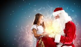 Stående av Santa Claus med en flicka Royaltyfri Foto