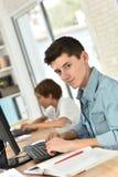 Stående av tonåringen som använder datoren Arkivfoton