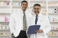 Stående av två manliga apotekare Arkivbild