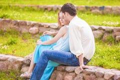 Stående av unga caucasian par som visar deras intimitet och Se Arkivbilder
