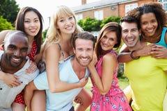 Stående av vänner som tillsammans kopplar av i sommarträdgård Arkivfoto