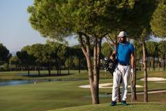Stående för golfspelare på kursen Arkivbild