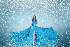 Stående för kvinna för snövintermode Arkivfoton