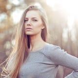 Stående för mode för sinnlig ung blond kvinnastående utomhus- Arkivfoto