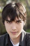 stående för mörkt hår för pojke teen caucasian utomhus- Royaltyfri Fotografi