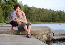 Stående för pensionärparoutdor Arkivfoto