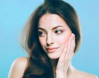 Stående för skönhetkvinnaframsida Härlig brunnsortmodellflicka med perfekt ny ren hud Blåa bakgrundsgrå färger Fotografering för Bildbyråer