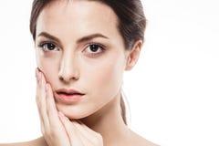 Stående för skönhetkvinnaframsida Härlig brunnsortmodellflicka med perfekt ny ren hud Isolerad vitbakgrund Arkivfoto