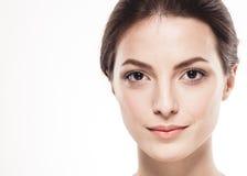 Stående för skönhetkvinnaframsida Härlig brunnsortmodellflicka med perfekt ny ren hud Isolerad vitbakgrund Arkivfoton