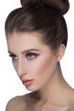 Stående för skönhetkvinnaframsida Härlig brunnsortmodellflicka med perfekt ny ren hud Kamera och le för brunett kvinnlig seende Royaltyfri Foto