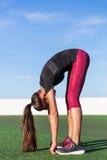 Stående framåt sträckning för elasticitetskonditionkvinna Arkivfoton