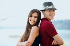 Stående härliga unga mellan skilda raser par tillbaka att dra tillbaka Royaltyfri Foto