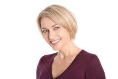 Stående: isolerad framsida av en le attraktiv äldre blond woma Royaltyfri Foto