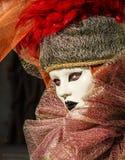 Stående med den venetian maskeringen och härliga ögon under den venice karnevalet Arkivfoton