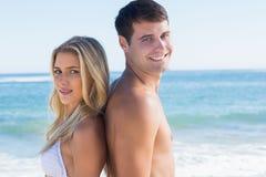 Stående unga lyckliga par tillbaka att dra tillbaka Arkivbilder