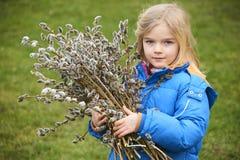 Ståendeflicka med en filial av pussypilen Salix Påsktraditioner Royaltyfria Foton