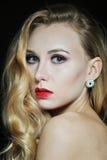 Ståendefoto av den härliga modellkvinnan med slut för blont hår upp på svart bakgrund Royaltyfri Fotografi