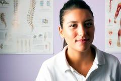 Ståendefysioterapeut för ung kvinna Royaltyfri Fotografi