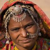 Ståendeindierkvinna Arkivfoto