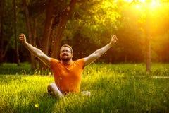 Ståenden av den fridfulla meditera mannen med skägget i en sommar parkerar Royaltyfri Fotografi