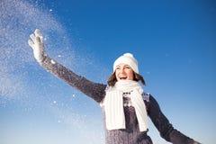 Ståenden av den lyckliga unga kvinnan har gyckel på vintern Arkivfoton