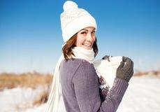 Ståenden av den lyckliga unga kvinnan har gyckel på vintern Arkivbild
