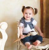 Ståenden av den som är årig, behandla som ett barn flickan inomhus Royaltyfri Foto