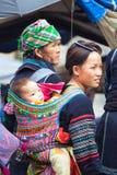Ståenden av den stam- Hmong kvinnan med behandla som ett barn i nationell kläder, Vietnam Arkivbilder